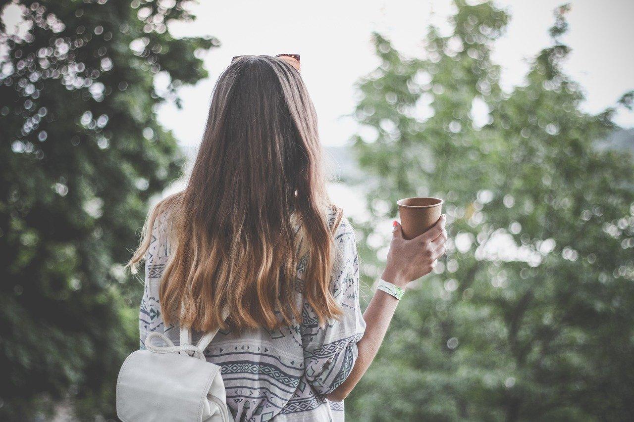 Turnbeutel kaufen was beachten Frau draußen Natur Turnbeutel
