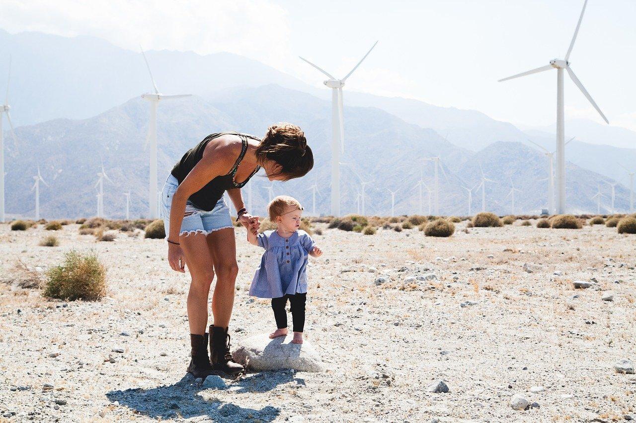 Wandern mit Baby Outdoor Abenteuer Berge Windräder